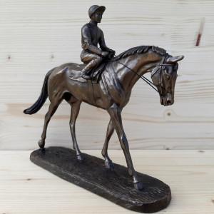 Sculpture Jockey sur son...