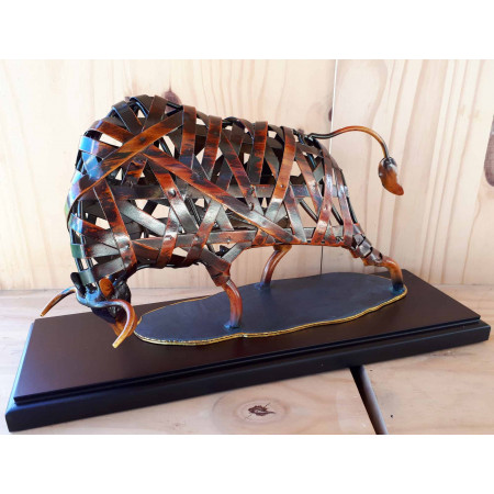 Sculpture taureau en métal rouge sur socle